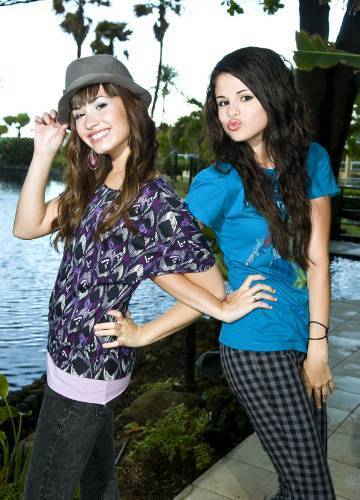 pictures of selena gomez and demi. selamp; dem - Selena Gomez and