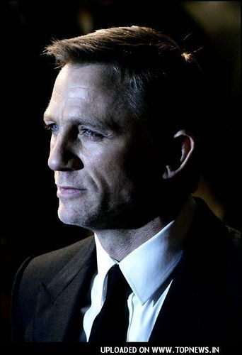 Daniel Craig Hintergrund with a business suit, a suit, and a nadelstreifen called Daniel
