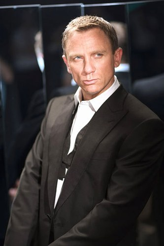 Daniel Craig Hintergrund containing a business suit, a suit, and a three piece suit titled Daniel