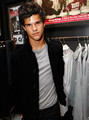 HOT! - taylor-lautner-vs-robert-pattinson photo