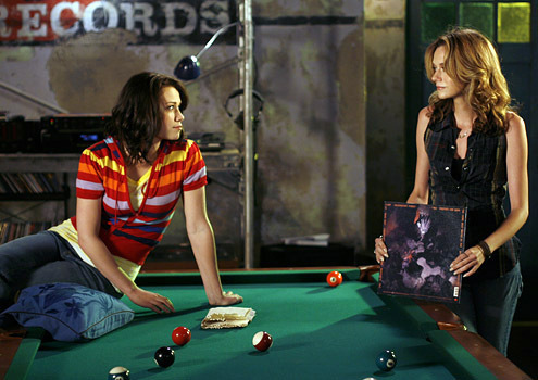OTH Outfit  - Page 2 Peyton-and-Haley-3-one-tree-hill-4080700-495-350
