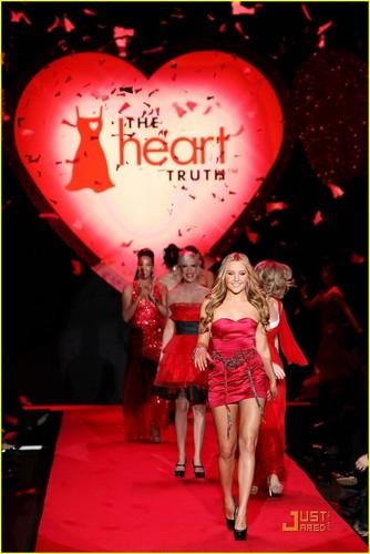 Amanda Bynes @ hati, tengah-tengah Truth Red Dress Collection 2009 fashion tunjuk