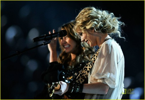 Miley & Taylor Perform @ 2009 Grammys