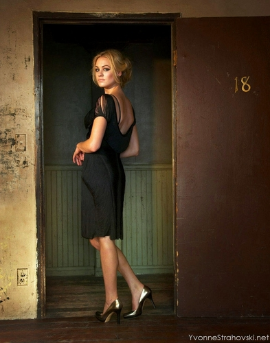 Yvonne Strahovski پیپر وال possibly containing bare legs, a sign, and a playsuit, پلایساٹ titled Yvonne (HQ)