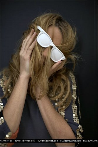 Blake Lively wallpaper possibly containing sunglasses called Blake