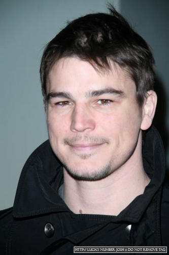 Josh Hartnett achtergrond entitled Josh At Giorgio Armani 5th Av Store Opening.