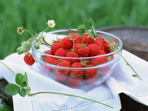 Еда Обои containing a virginia strawberry, a strawberry, and a пляж, пляжный клубника called Strawberries