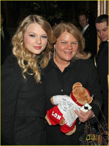 Taylor & her mom in Londra :)