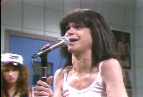 Gilda Radner দেওয়ালপত্র possibly containing a সঙ্গীতানুষ্ঠান and a guitarist titled Gilda Radner as punk rocker ক্যান্ডি চকোলেট Slice