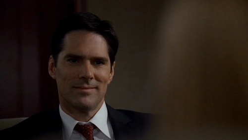SSA Aaron Hotchner achtergrond with a business suit and a suit titled Aaron Hotchner