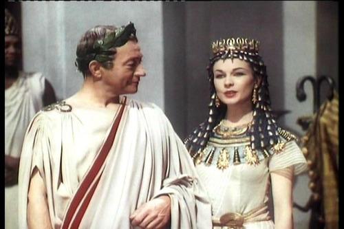 ভিভিয়েন লিহ্ দেওয়ালপত্র probably containing a dashiki, a caftan, and a মধ্যযুগীয় আঙরাখাবিশেষ titled Caesar and Cleopatra