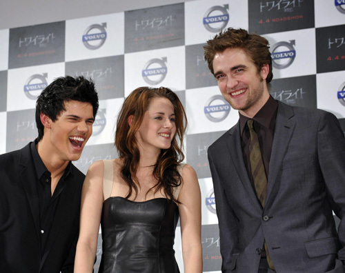 """Robert, Kristen and Taylor At the Tokyo premiere of """"Twilight"""" - February 27, 2009"""