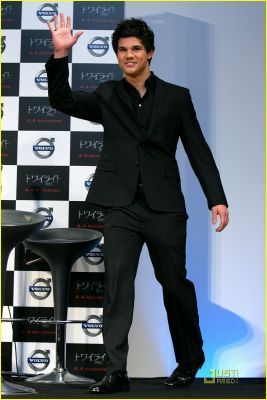 Taylor Lautner fond d'écran with a business suit, a well dressed person, and a suit entitled Taylor♥