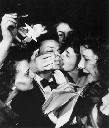 fans Mob Sinatra Early in his Career