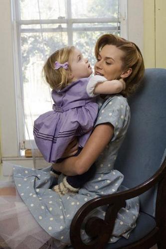 "Hilarie 버튼, burton as Deborah Owens ""The Secret Life of Bees"""