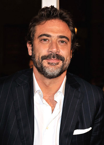 Jeffrey Dean morgan Hintergrund containing a business suit, a suit, and a three piece suit entitled Jeffrey @ LA Watchmen Premiere