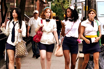 Girls of Gossip Girl দেওয়ালপত্র possibly containing a street, a hip boot, and a business suit titled gg