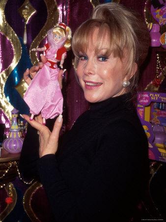 Barbara Eden Holding A boneca Jeannie - i-sonho-de-jeannie foto