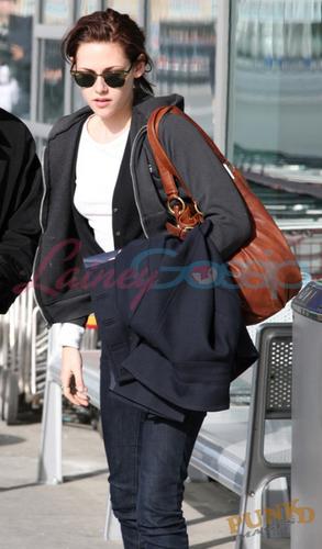 Kristen Stewart leaving Vancouver