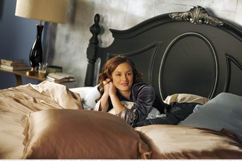 Blair Waldorf wallpaper with a hotel room, a bedroom, and a twin bed entitled Blair Waldorf Stlls HQ (season 1)