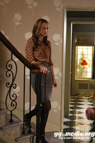 Blair Waldorf kertas dinding possibly containing a family room, a living room, and a bannister entitled Blair Waldorf Stlls HQ (season 2)