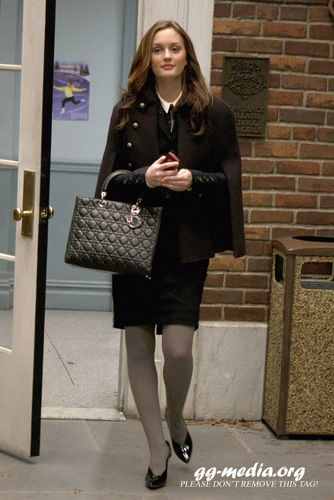 Blair Waldorf wallpaper with a business suit entitled Blair Waldorf Stlls HQ (season 2)