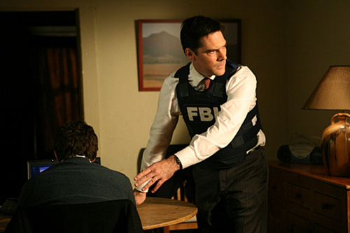 SSA Aaron Hotchner वॉलपेपर with a living room called Criminal Minds- 4x18- Omnivore