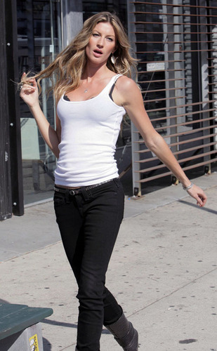 http://images2.fanpop.com/images/photos/4900000/Gisele-gisele-bundchen-4937339-309-500.jpg