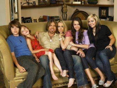 http://images2.fanpop.com/images/photos/4900000/Miley-And-Her-Family-miley-cyrus-4954436-400-300.jpg