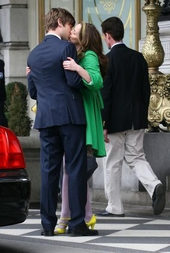 Gossip Girl Spoiler Whores 壁纸 containing a business suit and a 街, 街道 called Uh? NB?