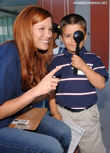 08.25.06 - Danneel volunteers at The Gift of Sight Clinic (LA) <3
