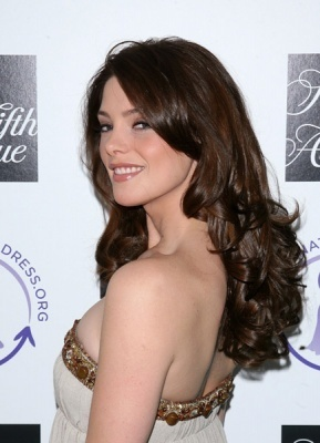 http://images2.fanpop.com/images/photos/5000000/Ashley-Greene-alice-cullen-5021235-289-400.jpg