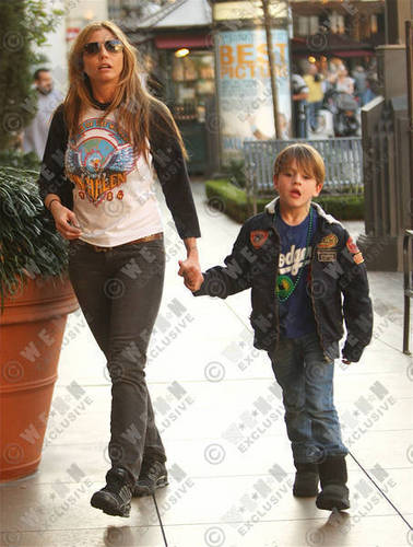 CC and son shopping - charisma-carpenter Photo