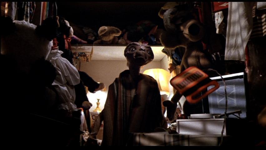ETが子供部屋で立ち尽くす壁紙