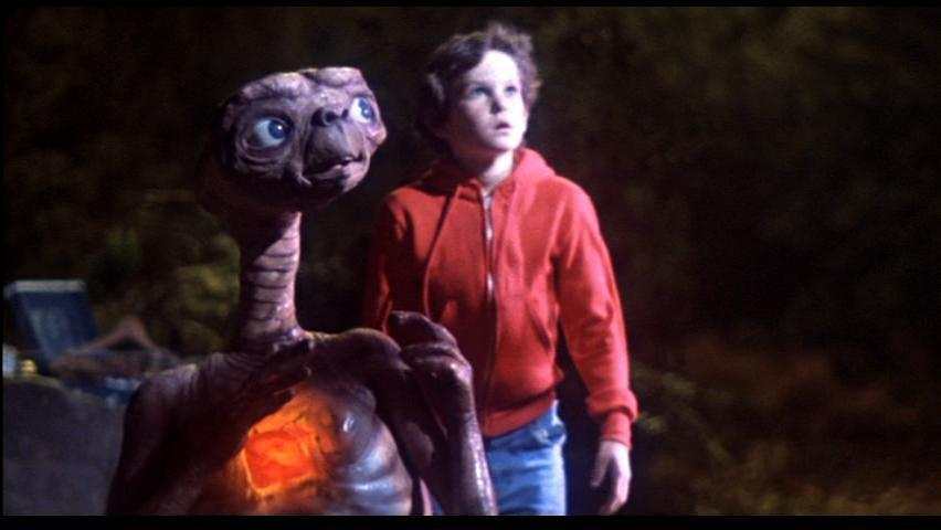 ETとエリオットが宇宙船を見上げる壁紙