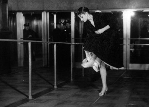 Audrey Hepburn wallpaper containing a revolving door entitled Audrey at the Oscars