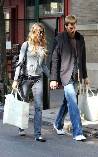 http://images2.fanpop.com/images/photos/5200000/Gisele-and-Tom-gisele-bundchen-5231693-314-500.jpg
