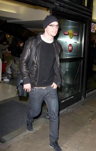 Josh Hartnett Hintergrund probably containing a hip boot called Josh At LAX Airport <3