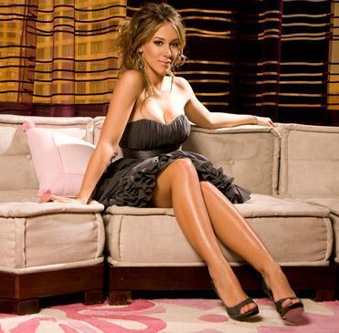 Haylie Duff fondo de pantalla possibly containing bare legs and a sofá called haylie