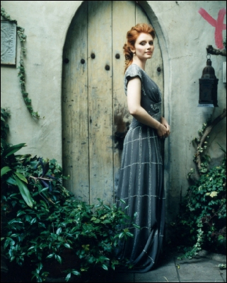 Bryce Dallas Howard پیپر وال probably with a window box, a street, and a sign entitled Bryce
