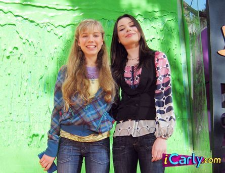 iCarly wallpaper possibly containing a well dressed person, long trousers, and an outerwear called Carly and Sam