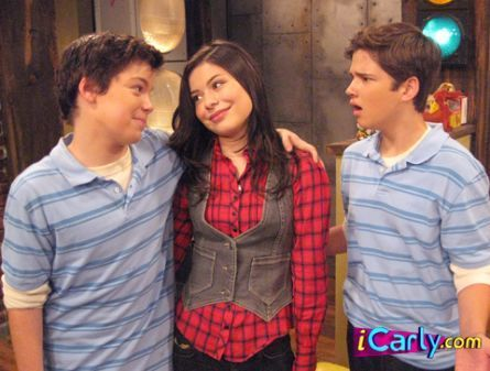 iCarly वॉलपेपर possibly containing a सड़क, स्ट्रीट called Freedie's looking mad