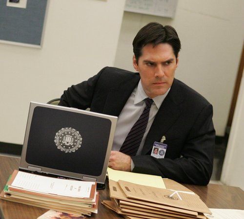 SSA Aaron Hotchner 壁纸 containing a business suit titled Hotch and others
