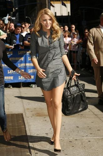 Serena фургон, ван Der Woodsen Обои probably containing bare legs, a hip boot, and шорты entitled Blake Lively