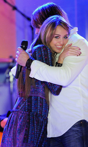 Miley Performs on GMA