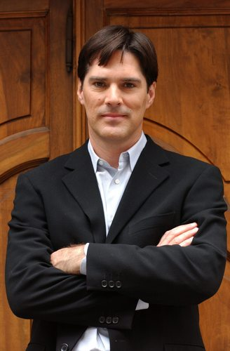 Thomas Gibson Hintergrund with a business suit and a suit entitled Thomas Gibson