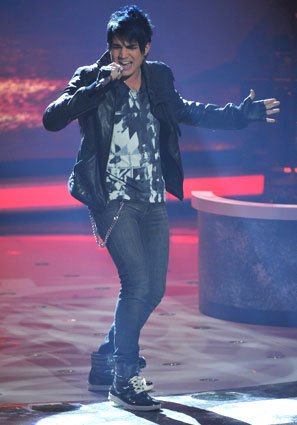 美国偶像 壁纸 possibly containing a concert, a business suit, and a pantleg, 裤裤 titled Adam Lambert