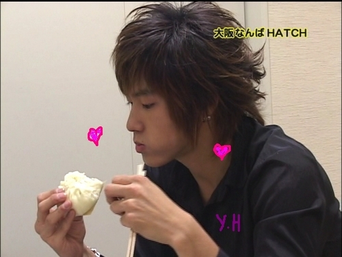 Cute U-know eating - dbsk Photo