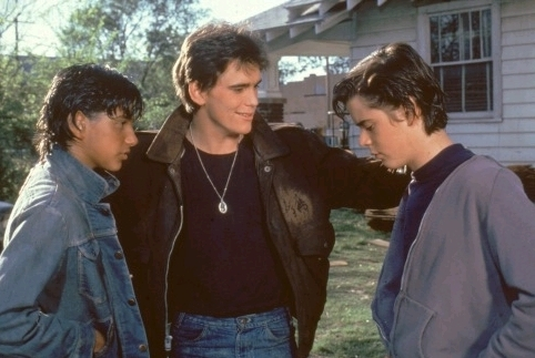 The Outsiders achtergrond possibly containing a leisure wear and a straat called JOHNNY, DALLY, AND PONYBOY