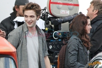 Robert and Kristen behind the scenes of New Moon